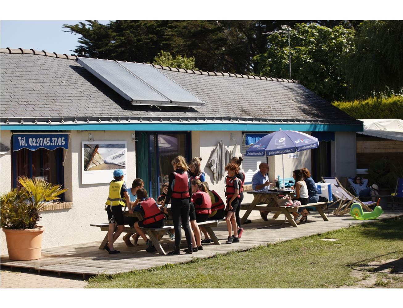 Club Nautique du Rohu - Briefing dans le Club avant le départ sur l'eau © Club Nautique du Rohu