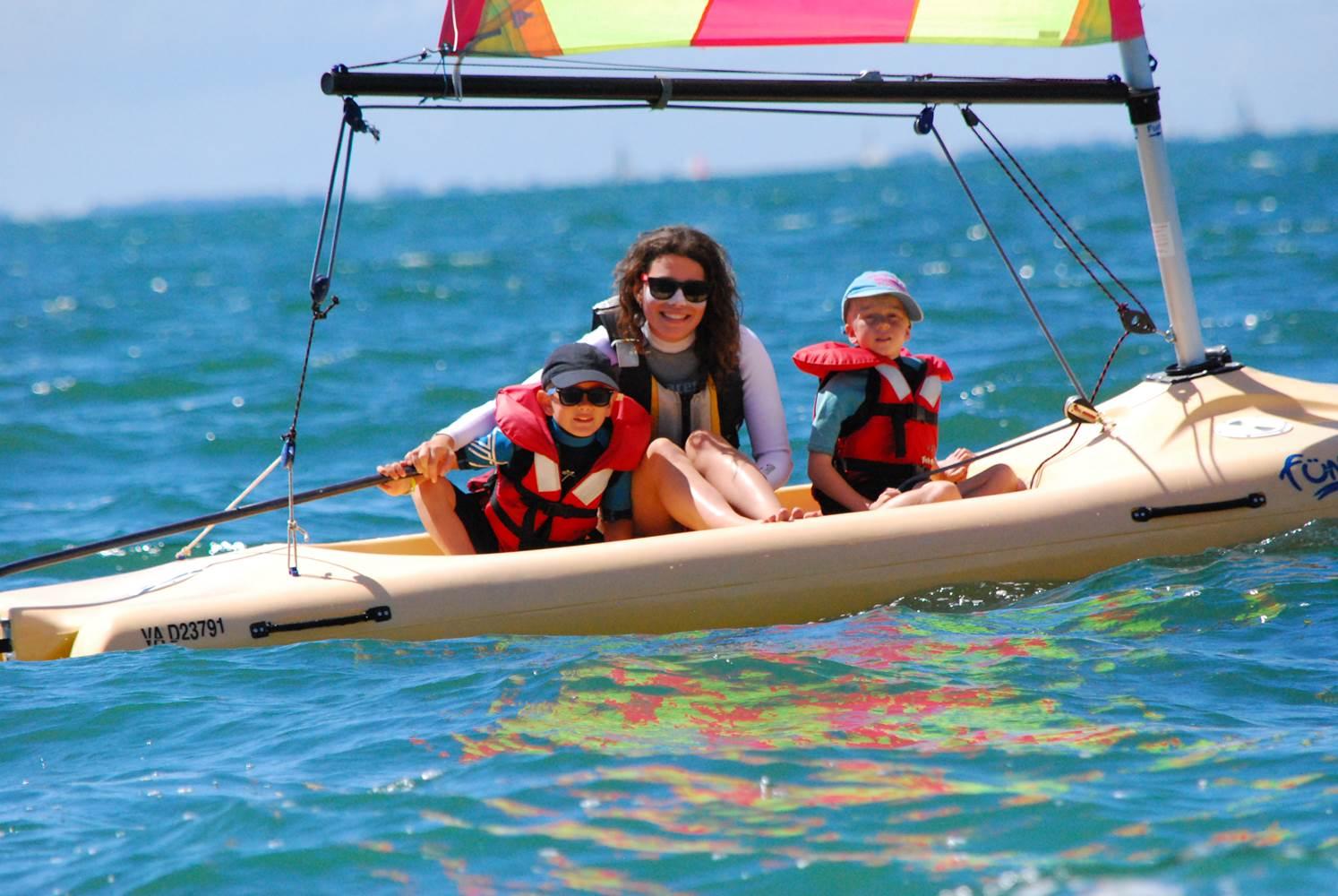 Sortie en Funboat pour les Moussailons ! Accompagnés par leur monitrice, Théodora - Club Nautique du Rohu ©