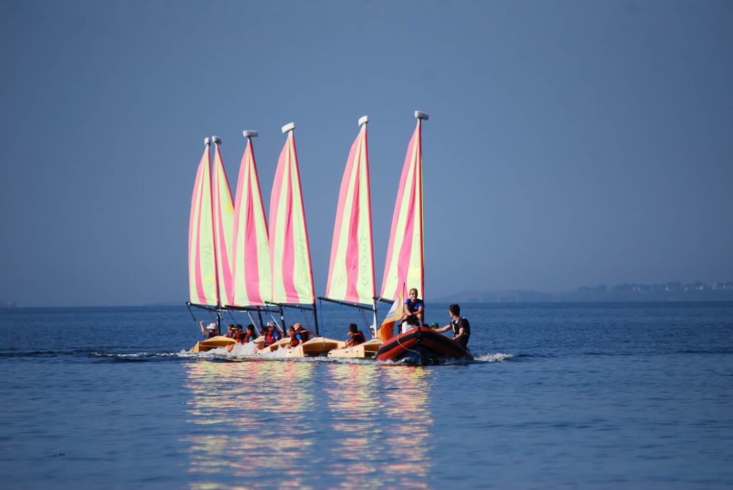 Retour au bercail pour les Funboat, remorqués par leur monitrice, Mathilde - Club Nautique du Rohu ©