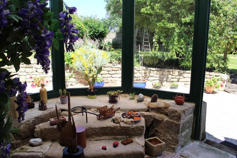 Vue du jardin à travers l'ancienne tour ©