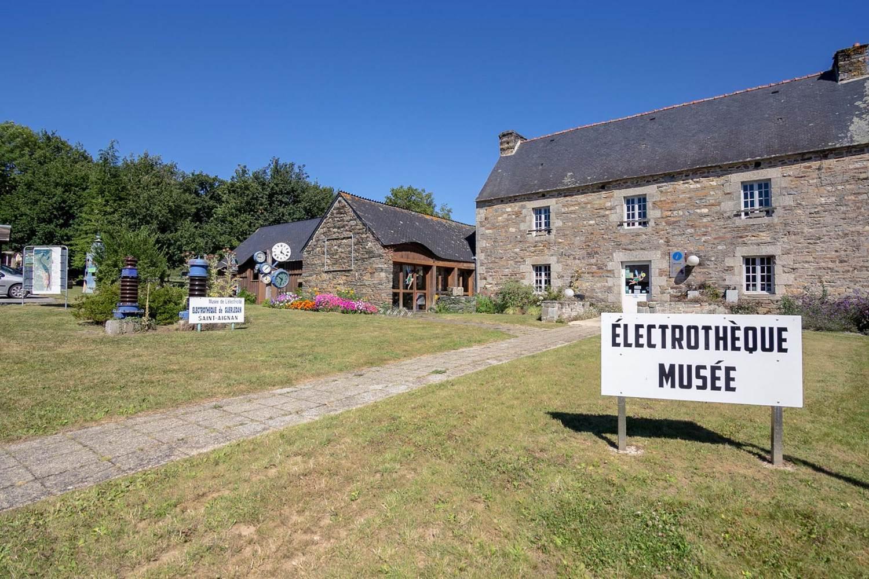 Electrothèque du lac de Guerlédan-St Aignan-Morbihan Bretagne Sud-01 © Meero