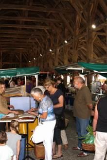 Le marché animé du mercredi soir