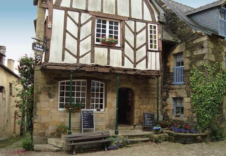 AUX III COLONNES - Crêperie à Rochefort-en-Terre - Morbihan - Bretagne Sud © ROBERT