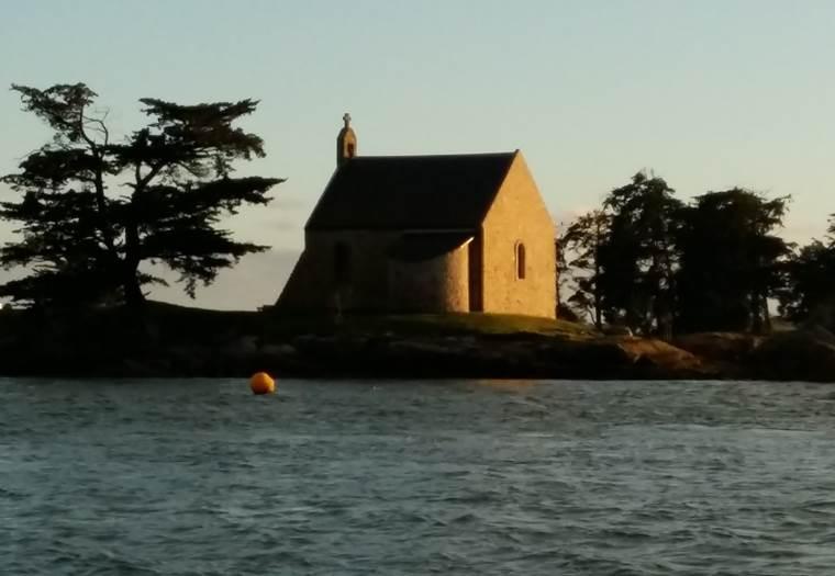 Chapelle aux abords du Golfe du Morbihan ©